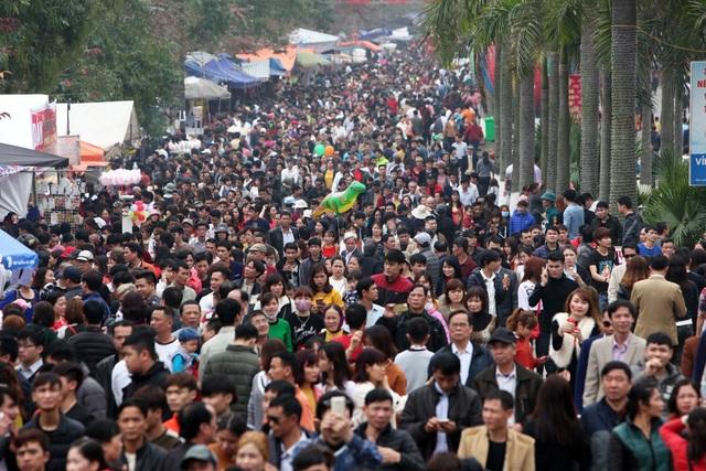 Sáng 28/2, người dân trong vùng và du khách thập phương đổ về thị trấn Lim (huyện Tiên Du, Bắc Ninh) để tham dự lễ hội nổi tiếng vùng đất Kinh Bắc khiến con đường từ quốc lộ dẫn vào trung tâm lễ hội luôn đông nghịt người.