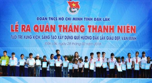 Các học sinh nghèo hiếu học được nhận học bổng.