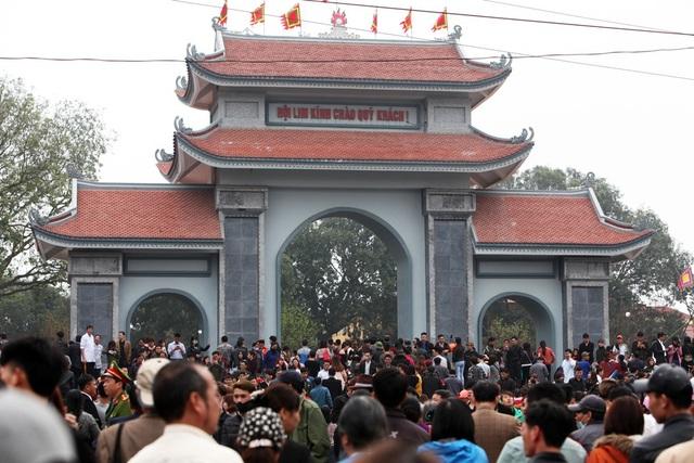 Trung tâm của lễ hội là khu vực đồi Lim. Dù không phải là ngày nghỉ, hội vẫn thu hút hàng vạn người tham dự.