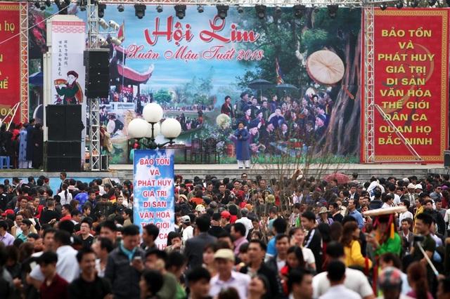 Đặc sản của hội Lim là các màn hát quan họ. Luôn có rất đông du khách tập trung trước sân khấu chính của lễ hội ở khu vực đồi Lim.