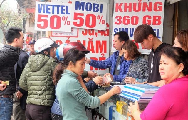 Nhiều đại lý SIM thẻ tại các thành phố lớn ghi nhận đông người tới mức phải xếp hàng trong ngày hôm nay.