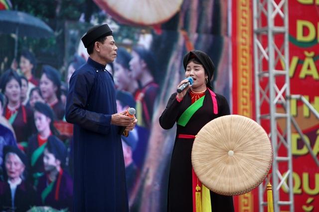 Các liền anh khăn xếp áo dài, các liền chị áo mớ ba mớ bảy... là nét văn hoá đặc trưng của đất Kinh Bắc trong ngày hội.