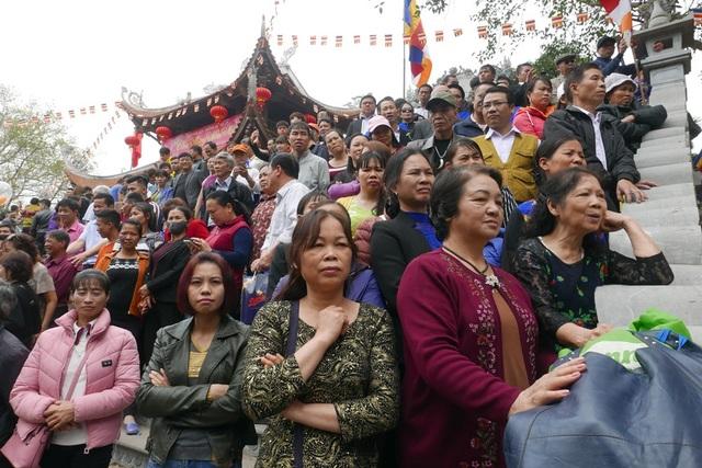 Du khách chắm chú xem hát trước một lán quan họ ở khu vực đồi Lim.
