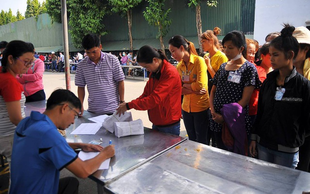 Công nhân Công ty Texwell Vina nhận 50% lương tháng 1 do tỉnh Đồng Nai tạm ứng ngân sách chi trả.