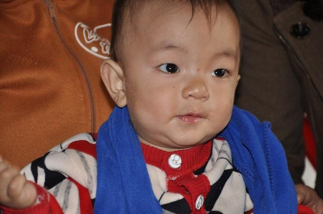 Bố bỏ đi không có trách nhiệm, mẹ qua đời nên cậu bé Hòa chỉ biết nương tựa vào ông bà ngoại nghèo.