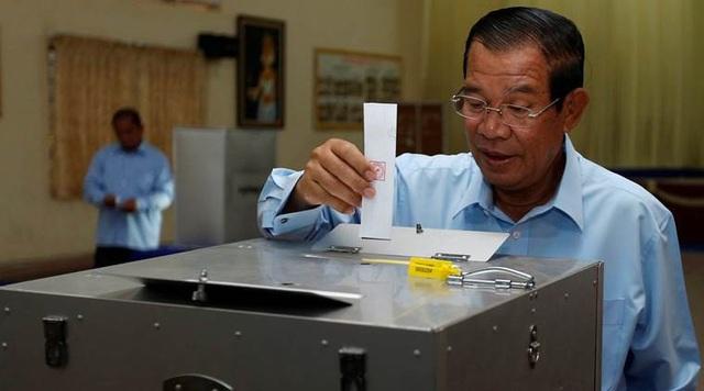 Thủ tướng Hun Sen, lãnh đạo đảng Nhân dân Campuchia, bỏ phiếu tại cuộc bầu cử thượng viện ở tỉnh Kandal ngày 25/2 (Ảnh: Reuters)