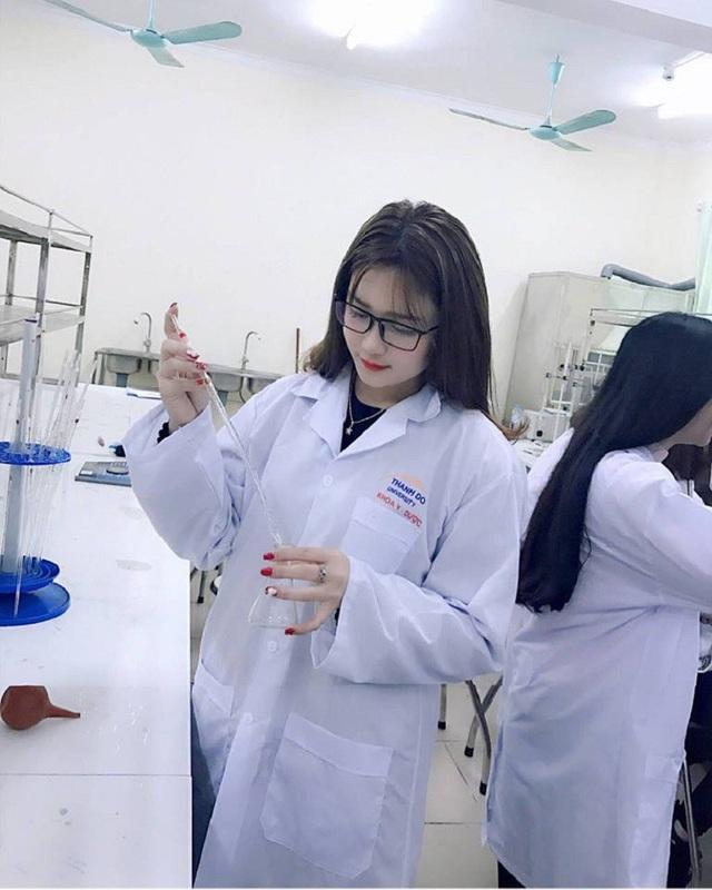 Bức ảnh xinh đẹp của Kim Tuyến được chia sẻ nhiều trên mạng xã hội. Có người khen cô gái ngành Dược xinh đẹp, nhưng có người lại chỉ ra rằng cô không thực hiện đúng nội quy của phòng thí nghiệm