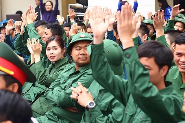 Đỗ Thu Trà là bóng hồng áo xanh duy nhất có mặt tại buổi gặp mặt Thanh niên tình nguyện lên đường nhập ngũ năm 2018 tại Hà Nội sáng 28/2.