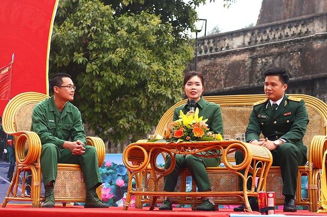 Là một trong những bóng hồng hiếm hoi tự nguyện nộp đơn xin lên đường nhập ngũ, Thu Trà được tham gia buổi giao lưu cùng các đồng chí quân nhân chuyên nghiệp và chiến sĩ xuất ngũ tiêu biểu.