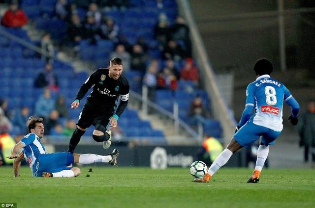 Real Madrid mới chỉ có được 51 điểm, kém Barca 14 điểm và Atletico 7 điểm, dù đá nhiều hơn hai đối thủ 1 trận