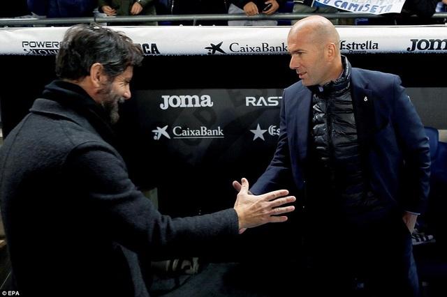 HLV Zidane đã thua đồng nghiệp Quique Sanchez Flores trong cuộc đấu trí ở sân RCDE