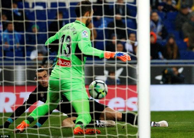 Thủ thành Diego Lopez có nhiều tình huống cứu thua cho Espanyol