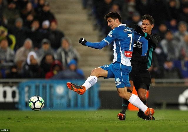 Gerard Moreno vượt qua Varane để ghi bàn thắng duy nhất ở phút 90+3
