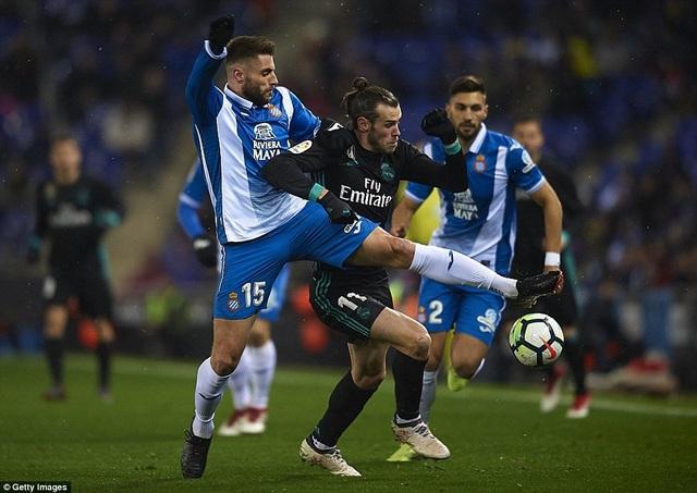 Bale trong tình huống tranh chấp với Victor Sanchez, Real Madrid đã chơi bế tắc ở hiệp 1