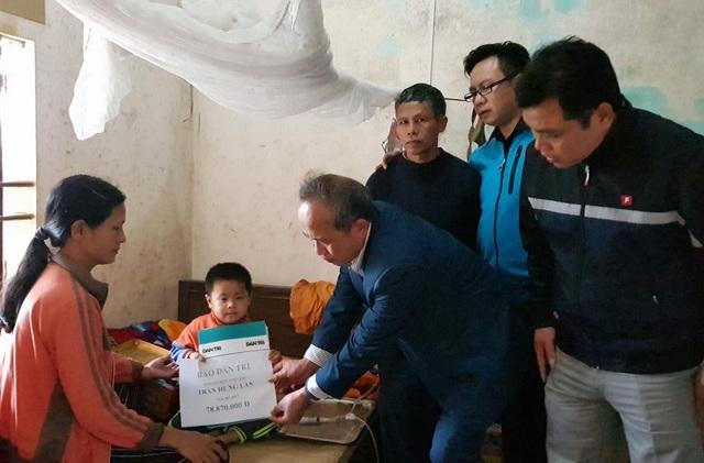 Đại diện chính quyền địa phương trao quà bạn đọc Dân trí tới gia đình anh Lan.