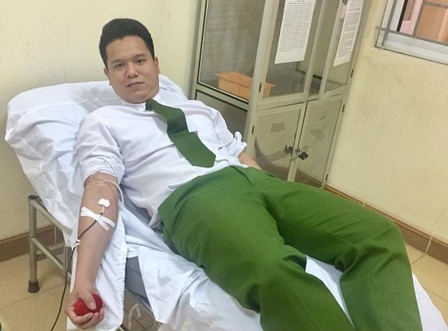 Hình ảnh Trung úy Nguyễn Tiến Dũng hiến máu cứu người tại BVĐK Hà Tĩnh.