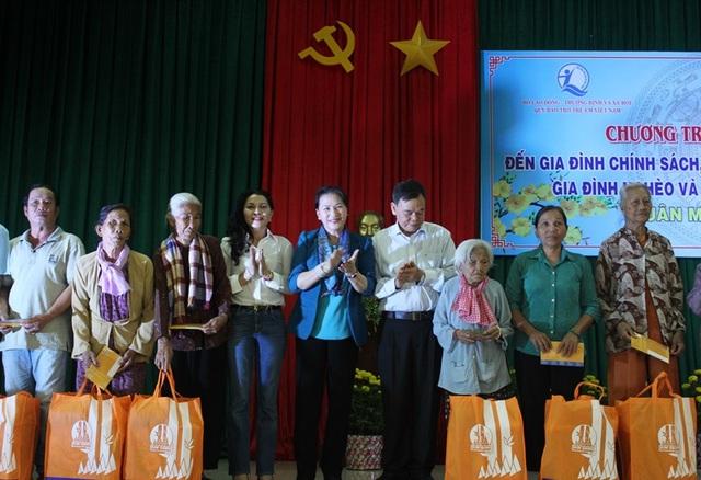 Chủ tịch Quốc hội tặng quà tết cho gia đình chính sách gia đình nghèo và nạn nhân chất độc da cam tại tỉnh Bến Tre