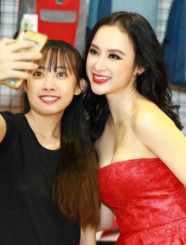 """Sau khi bộ phim Glee và cuộc thi Hoa hậu Hoàn vũ Việt Nam 2017 kết thúc, Angela Phương Trinh và Á hậu Mâu Thủy trở thành những cái tên được chú ý hơn. Cả hai thường xuyên phải """"bay"""" show và mang theo hàng tá trang phục, phụ kiện. Nhiều người nhận ra hai mỹ nhân nổi tiếng của Vbiz đã đến bày tỏ sự yêu thích và xin chụp ảnh chung. Xuất hiện trong sự kiện mới đây, cả hai đồng loạt thu hút sự chú ý của đám đông khi diện những bộ trang phục quyến rũ và không kém phần nổi bật."""