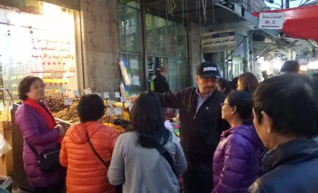 Ông Hussan Abdulla, Chủ tịch Hiêp hội hướng dẫn viên du lịch Jordan đưa đoàn chúng tôi đi thăm chợ Amman.