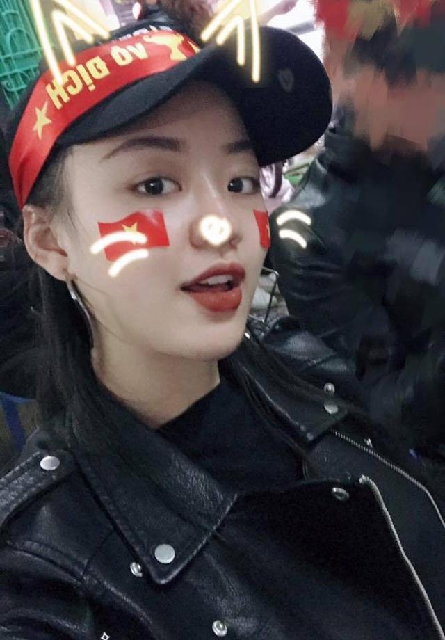 Người đẹp Hoàng Hải Thu cùng bạn bè ra đường cổ vũ cho U23 Việt Nam