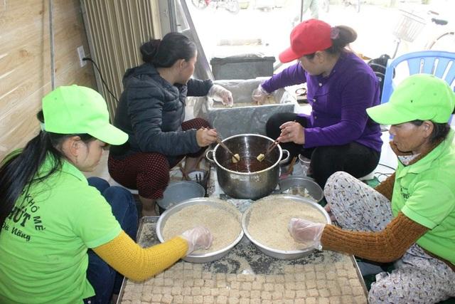 Hàng trăm công nhân tại các xưởng bánh, làm việc tích cực để đáp ứng đủ số lượng bánh cho thị trường Tết Nguyên đán.