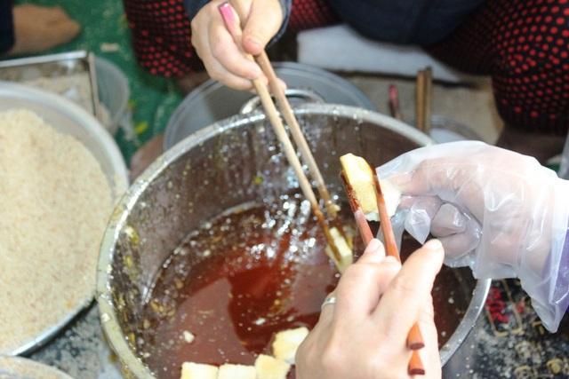 Thắng đường, tẩm mè là công đoạn vô cùng quan trọng, tạo nên hương vị đặc trưng cho bánh khô mè Cẩm Lệ.