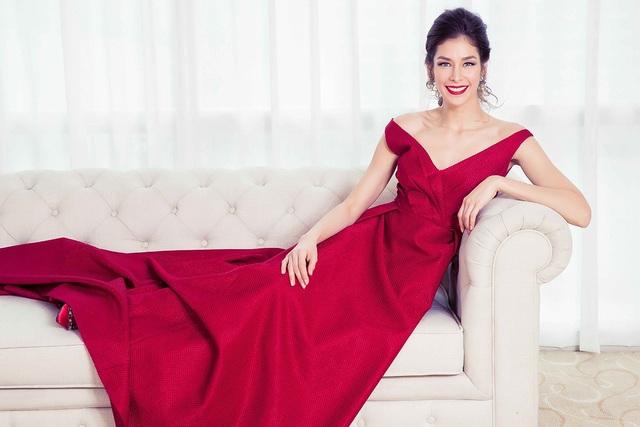 Đặc biệt, sự xuất hiện của Hoa hậu Hoàn vũ Thế giới 2008 Dayana Mendoza trong bộ ảnh nhằm đánh dấu kỷ niệm 10 năm cuộc thi Hoa hậu Hoàn vũ được đăng cai tổ chức tại Việt Nam.
