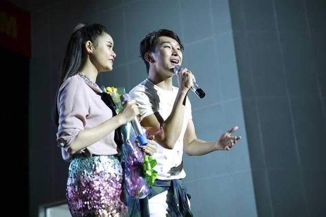 Hoàng Kỳ Nam bất ngờ tặng hoa cho Trương Quỳnh Anh trên sân khấu - 8