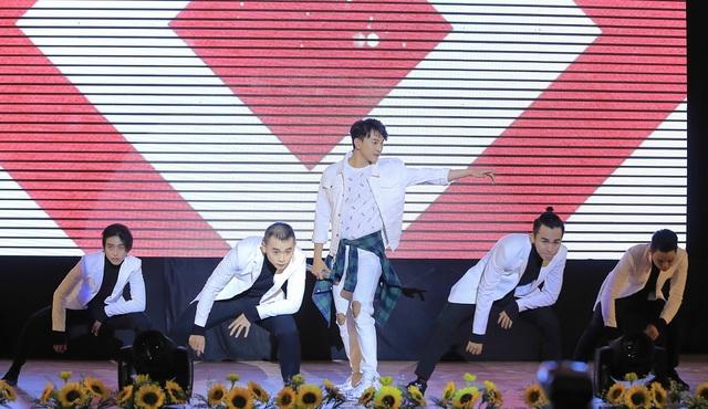Hoàng Kỳ Nam bất ngờ tặng hoa cho Trương Quỳnh Anh trên sân khấu - 7