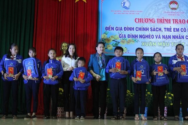 Chủ tịch Quốc hội trao quà tết cho trẻ em nghèo tại Bến Tre