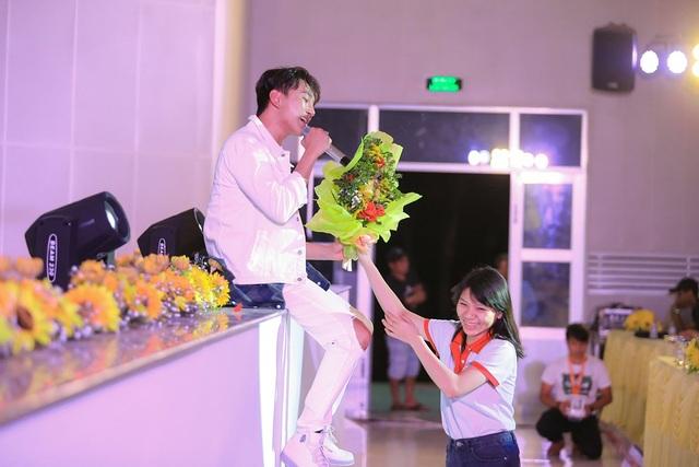 Hoàng Kỳ Nam bất ngờ tặng hoa cho Trương Quỳnh Anh trên sân khấu - 11