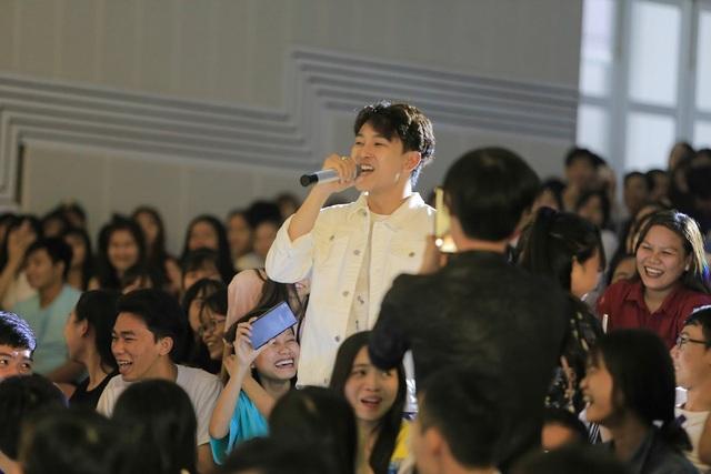 Hoàng Kỳ Nam bất ngờ tặng hoa cho Trương Quỳnh Anh trên sân khấu - 12
