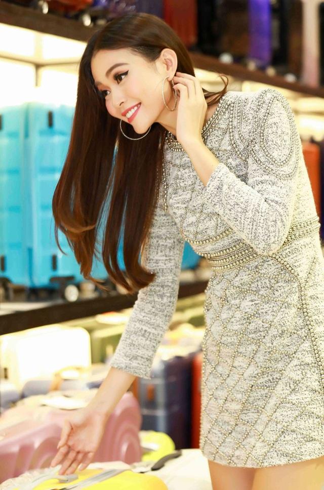 """Trong khi đó, từ sau khi đăng quang ngôi Á hậu cuộc thi Miss Universe Vietnam 2017, Mâu Thủy tiếp tục tục """"mất ăn mất ngủ"""" với hàng loạt những sự kiện. Trái ngược với Angela Phương Trinh, Mâu Thuỷ chọn bộ đầm có phần kín đáo và thanh lịch hơn."""