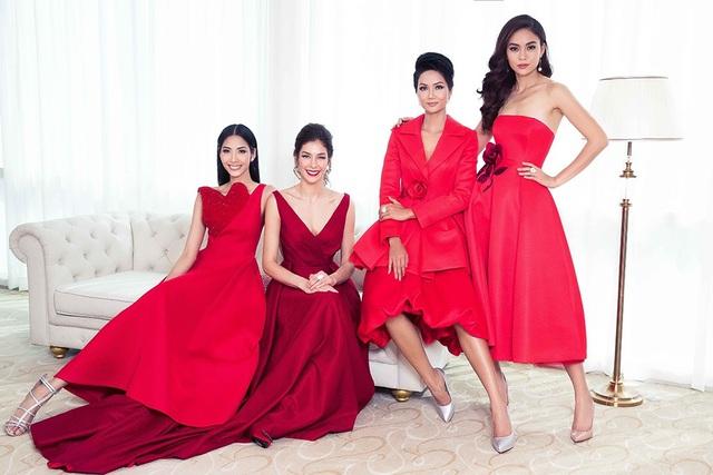 Hoa hậu Hoàn vũ Thế giới 2008 Dayana Mendoza cũng chụp ảnh cùng top 3 Hoa hậu Hoàn vũ Việt Nam 2017 Hhen Niê, Á hậu Hoàng Thùy, Á hậu Mâu Thủy.