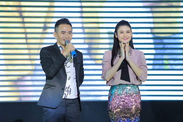 Hoàng Kỳ Nam bất ngờ tặng hoa cho Trương Quỳnh Anh trên sân khấu - 4