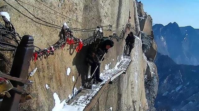 Trên vách đá nằm ở độ cao 700m thuộc núi Huashan, Thiểm Tây, Trung Quốc, những công nhân bảo trì thực hiện công việc nguy hiểm bậc nhất thế giới.