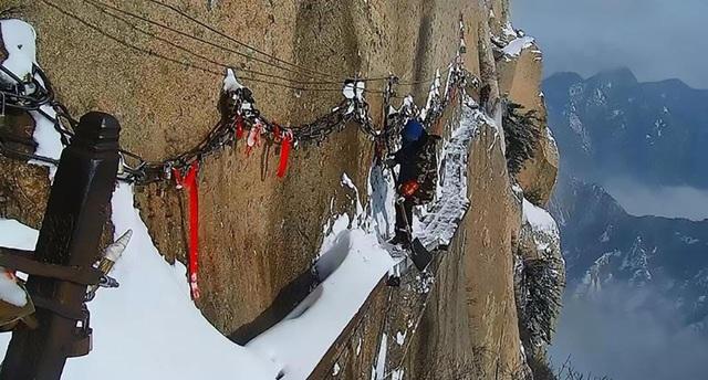 Tuy nhiên, dường như những công nhân này không hề sợ hãi mỗi khi tung xẻng xuống lớp băng tuyết dày.