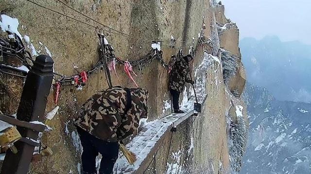 Zhang Dongdong, 26 tuổi, là một trong những công nhân đã làm việc 3 năm tại đây. Zhang cho biết hiện có 4 người đảm nhiệm việc bảo trì và vệ sinh con đường qua vách đá này. Vì đòi hỏi phải có tinh thần thép, công nhân tại đây thường ở độ tuổi dưới 30 và các nhóm công nhân đã thay đổi 5 lần kể từ năm 2005. Zhang cho biết anh và các đồng nghiệp đã quen với môi trường làm việc trên cao và luôn đeo dây bảo hộ an toàn khi dọn tuyết.