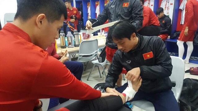 Bác sĩ Thủy khi đang trực tiếp chăm sóc cho cầu thủ