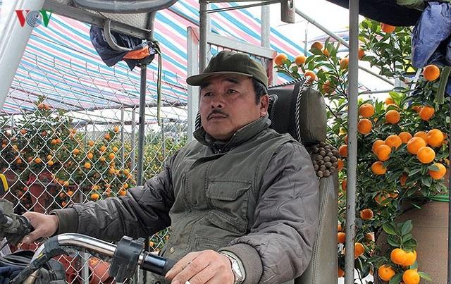 Còn ông Nguyễn Bá Tùng (Tây Hồ, Hà Nội), chuyên chạy xe ba gác cũng xếp lại mọi việc để đi chở quất, đào tết thuê tại các nhà vườn. Ông Tùng cho hay, có ngày 6h sáng ông đã có khách gọi đi chở cây. Tính trung bình, thu nhập mỗi ngày cũng được từ 1-2 triệu đồng. Những ngày này công việc ổn định hơn nhiều. Chúng tôi tranh thủ làm mấy ngày này kiếm tiền tiêu tết.
