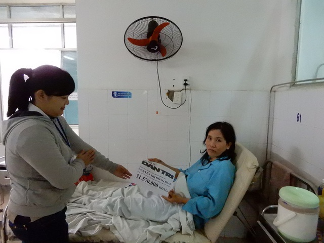 Đại diện của Bệnh viện Đà Nẵng trao tiền của bạn đọc Dân trí đến chị Hồng Đào