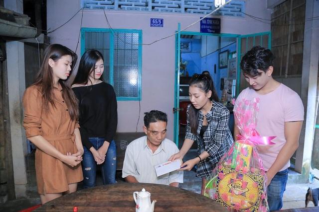 Hoàng Kỳ Nam bất ngờ tặng hoa cho Trương Quỳnh Anh trên sân khấu - 2