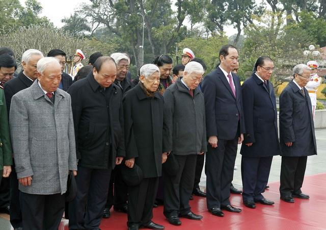 Đoàn đại biểu Ban Chấp hành Trung ương Đảng, Chủ tịch nước, Chính phủ, Quốc hội, Ủy ban Trung ương Mặt trận Tổ quốc Việt Nam đã đến đặt vòng hoa tưởng niệm các Anh hùng Liệt sỹ tại Đài tưởng niệm các Anh hùng Liệt sỹ (đường Bắc Sơn Hà Nội)