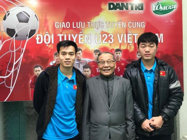 Nhà báo Nguyễn Lương Phán - PTBT báo điện tử Dân trí chụp ảnh lưu niệm cùng hai tuyển thủ U23 Việt Nam