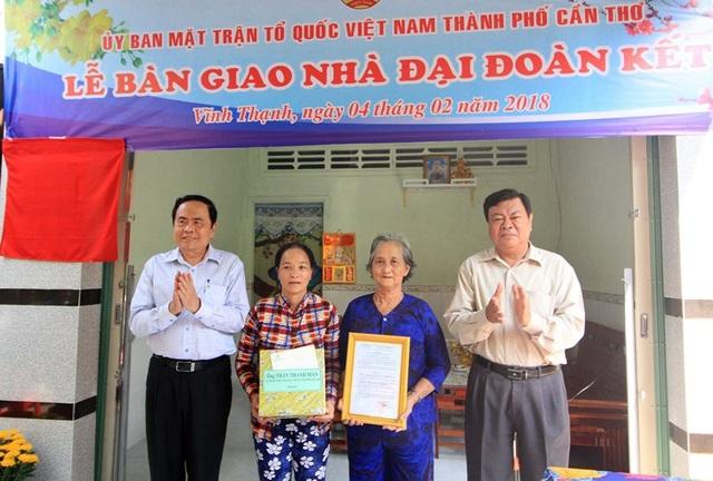 Chủ tịch Trần Thanh Mẫn trao quyết định tặng nhà đại đoàn kết cho hộ Huỳnh Thanh Tú