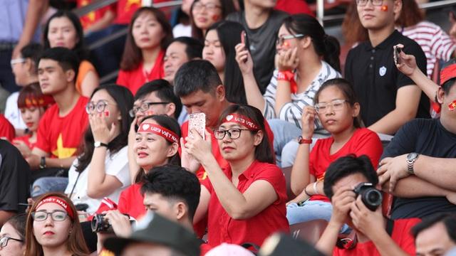 Các khuôn mặt trên khán đài đa số là nữ