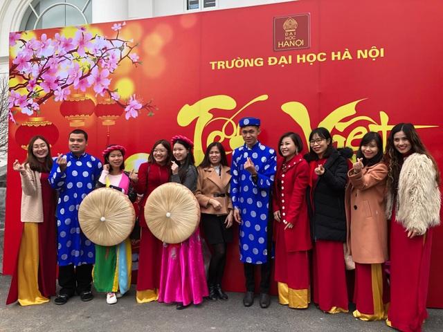 Các sinh viên nước ngoài trong trang phục truyền thống của người Việt