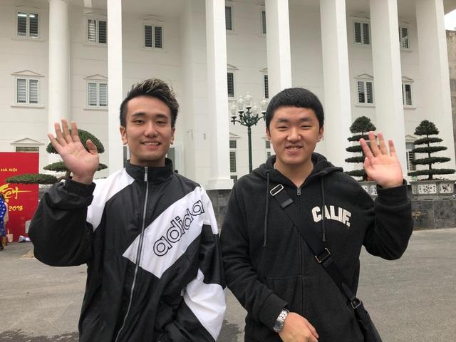 Sinh viên Takuma Yazawa và Kang Soomin ở lại Việt Nam ăn tết