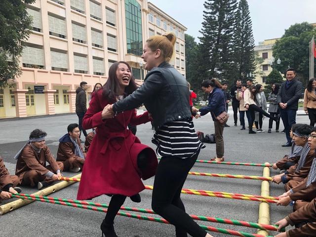 Sinh viên ngoại quốc hào hứng với tiết mục nhảy sạp