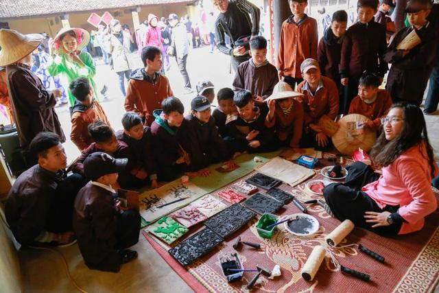 Tìm hiểu về tranh Đông hồ tại hội xuân làng Chòng